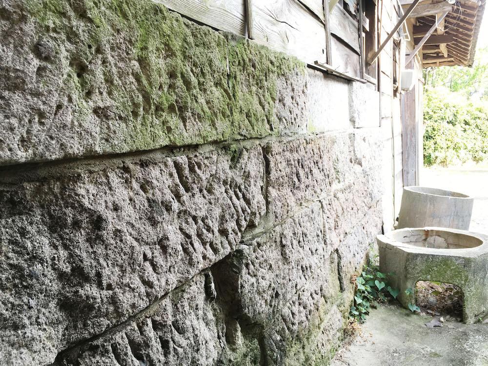 納屋の基礎に使われている溶結凝灰岩