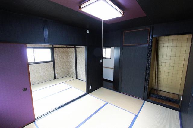 渋く塗られた2階和室