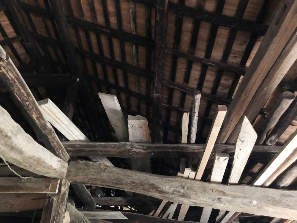 倉庫の屋根はメンテナンスされていました