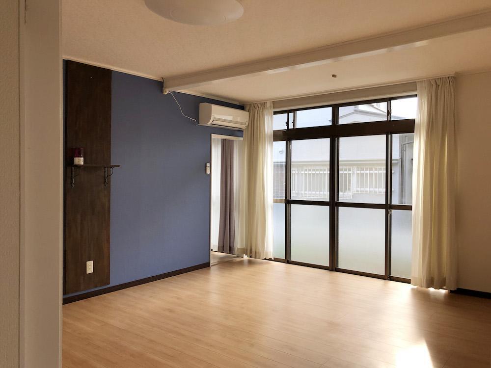 窓が大きい真ん中の部屋
