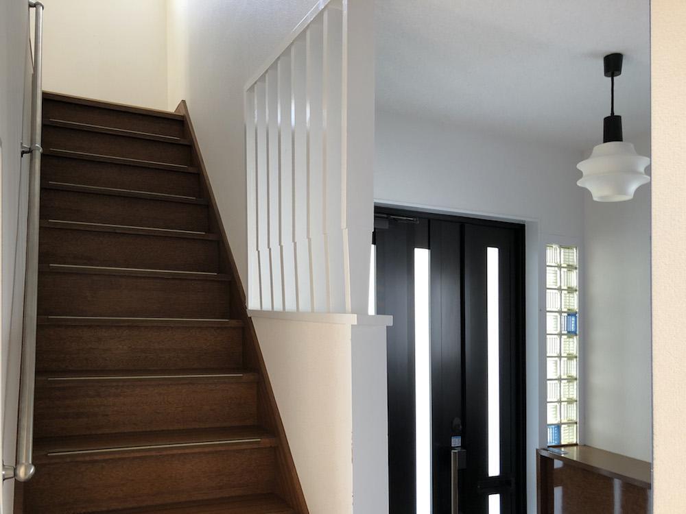 ガラスブロックや階段の質感がレトロ