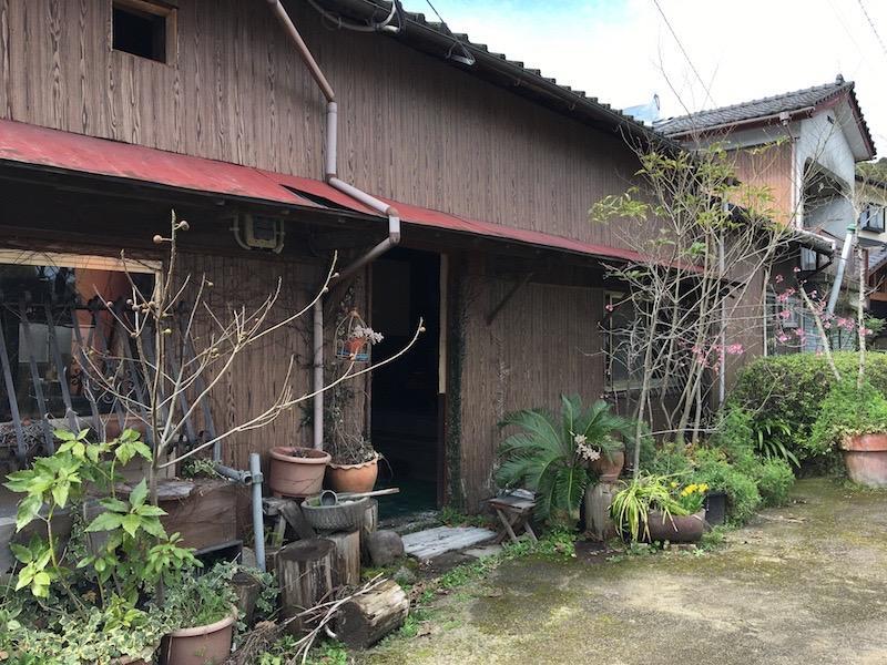お好きな植物を散らせば雰囲気ある玄関に。