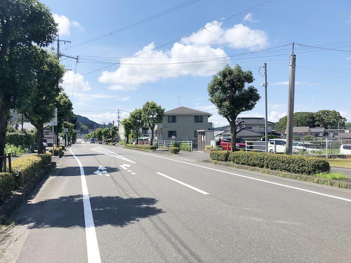 目の前が県道57号線。道も広く、ふと立ち寄るのに便利です。