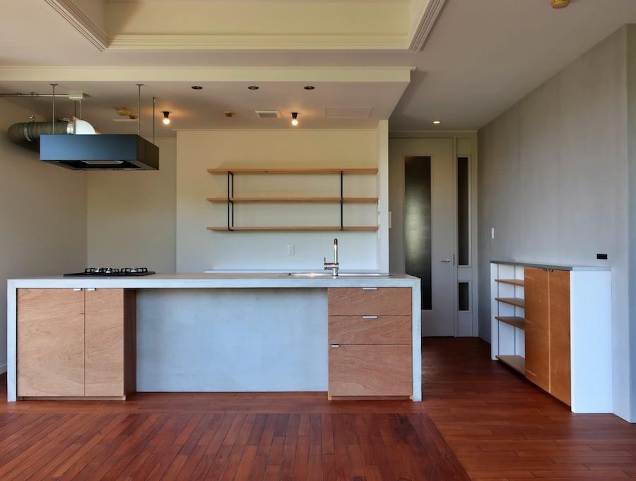 バルコニー側からキッチンを見る キリッとした空間