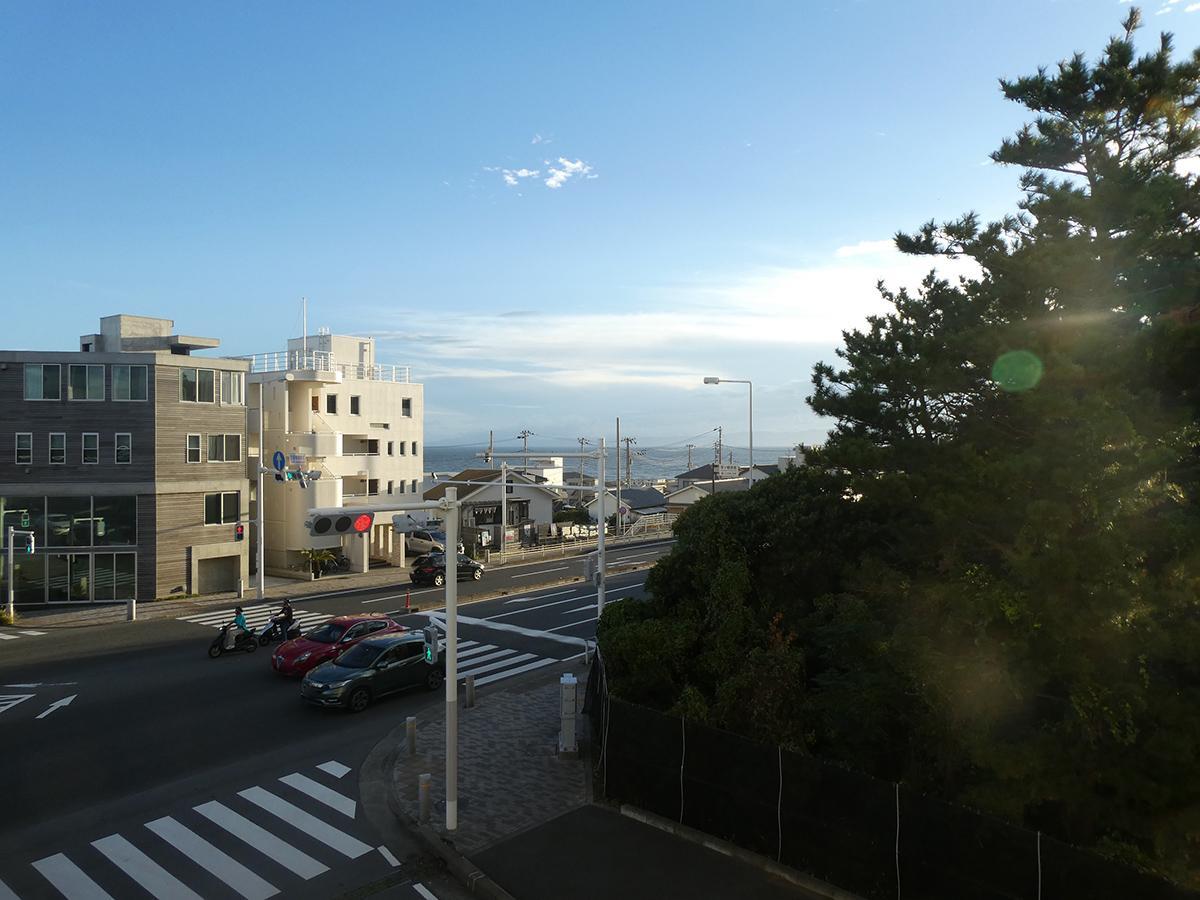 ちらりと見える海!空も広いです。見えている道路が国道134号線