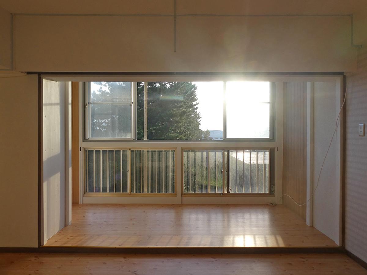 窓の外には松の木。左右に抜けた眺望が楽しめます