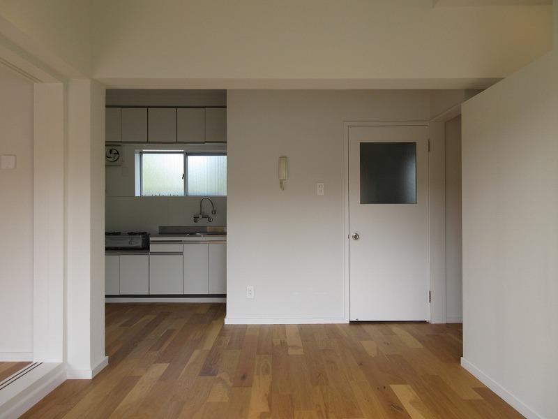 左がキッチン、右の扉が洗面脱衣所