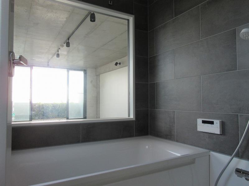 浴室に窓があり、室内ごしに海がチラリ