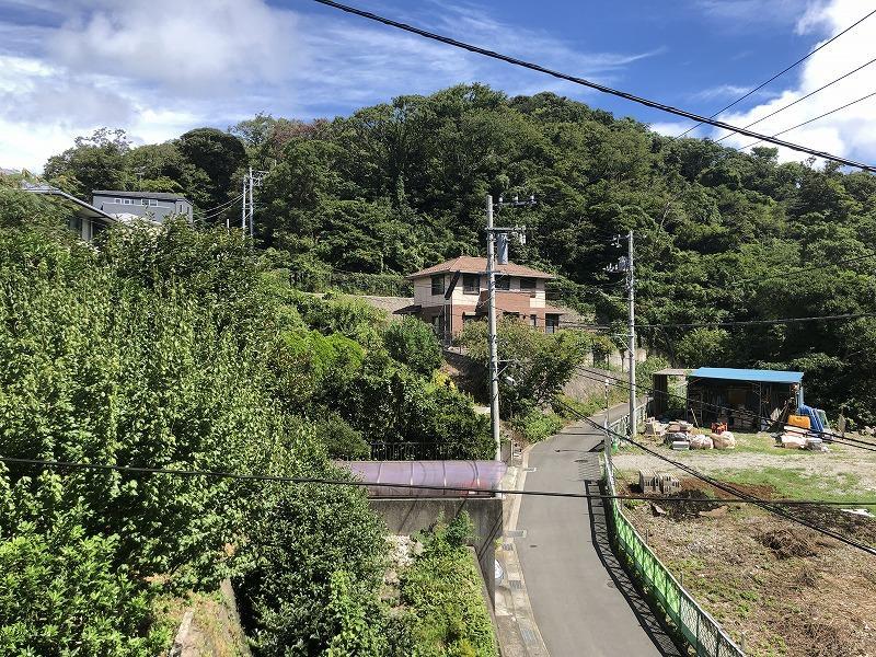 物件北側は家が数件で調整区域となり、緑が広がります。