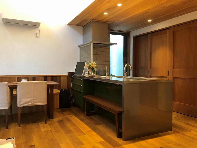 オールステンレスのキッチンとそのまわりも上質感がある空間。