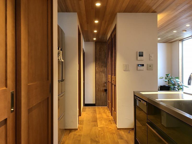 キッチンから玄関方向です。トイレや収納があります。