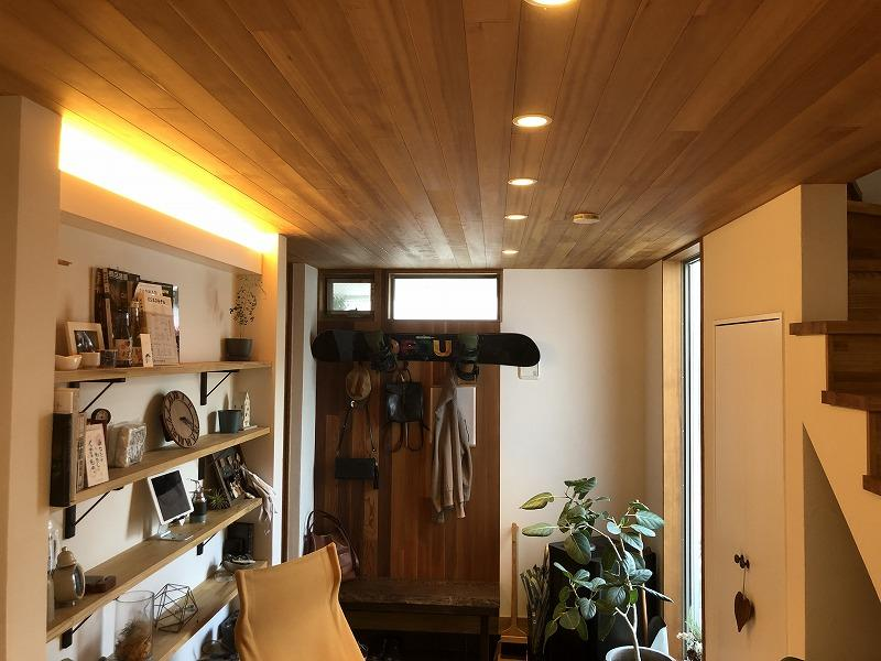 天井、壁に贅沢に木が使用されています。