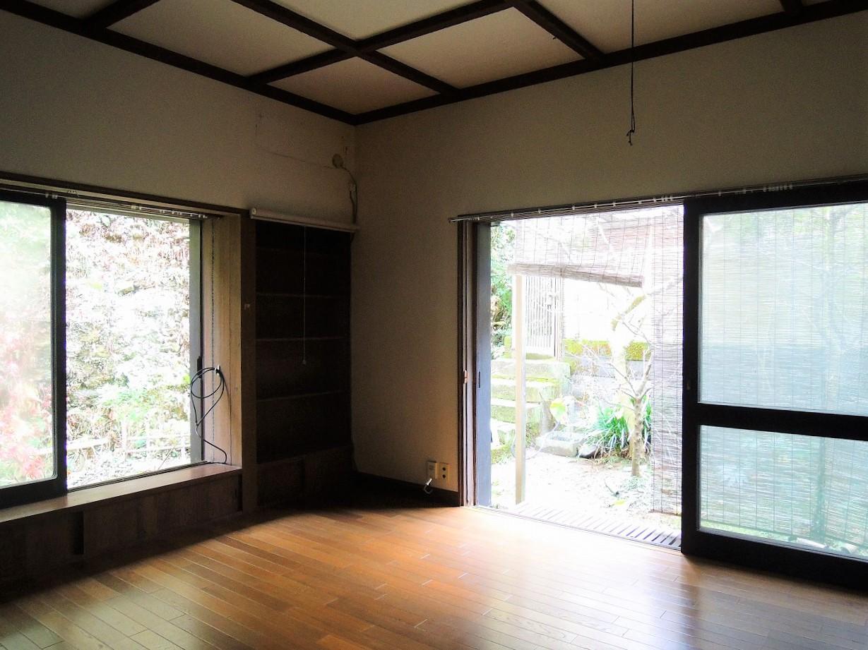 1階洋室8帖 縁側に座って庭の苔を楽しめる