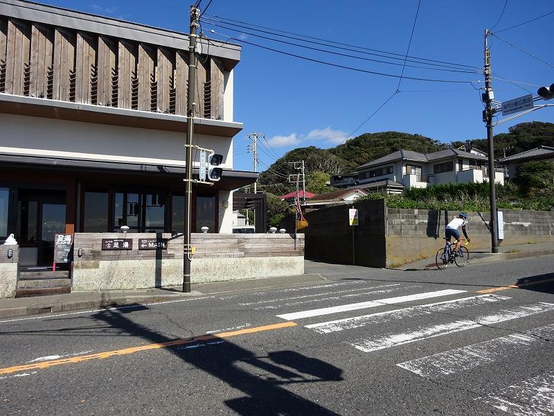 この横断歩道を渡った先が稲村ケ崎です(物件は画面中央の赤屋根戸建てです)
