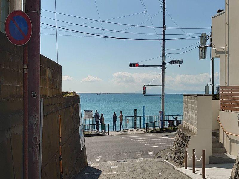 家から駅に向かう途中の道で、今日の海の色が確認できます