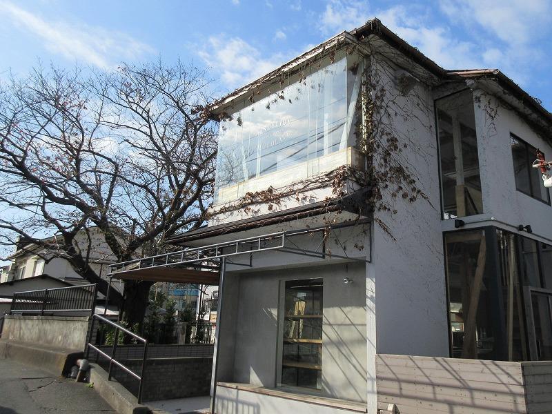 窓からはJR横須賀線の線路と、山も見えます