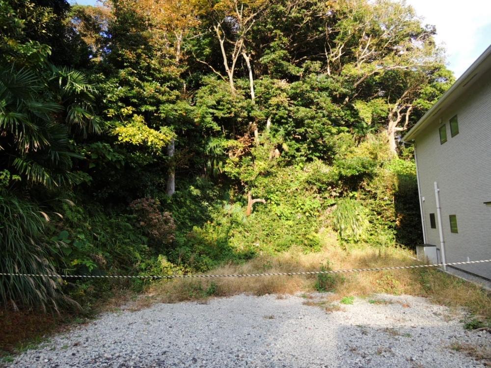 北側の山林一部を敷地に含みます(約26平米)