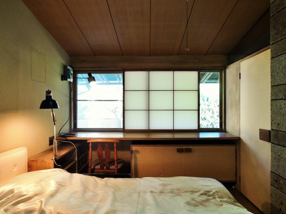 寝室 造作のデスク兼収納と建具の納まりが秀逸
