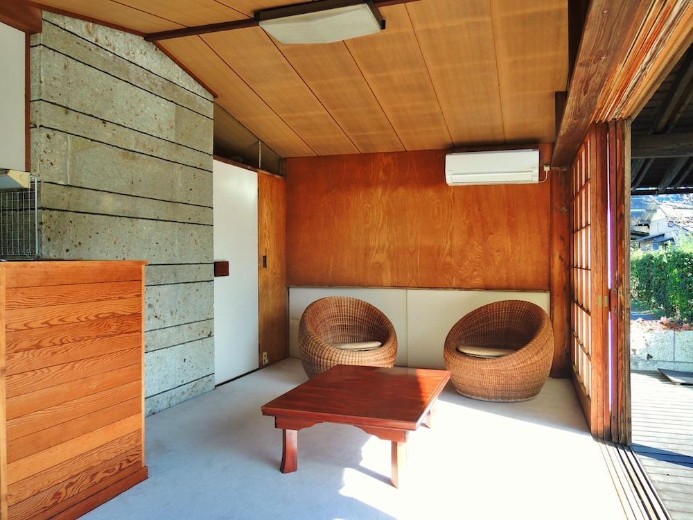 居間 剣持勇による籐の椅子が柔らかい空間を演出する