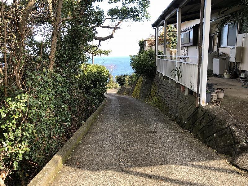 そのまま海の方面へひたすら下ると、江之浦海水浴場へたどり着きます。