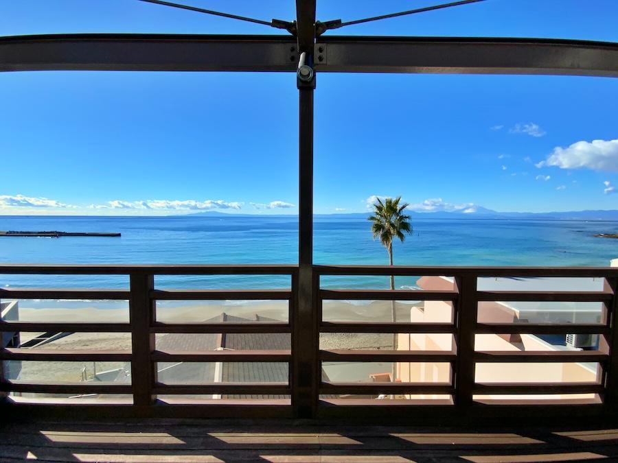 4階デッキから海を正面に見る