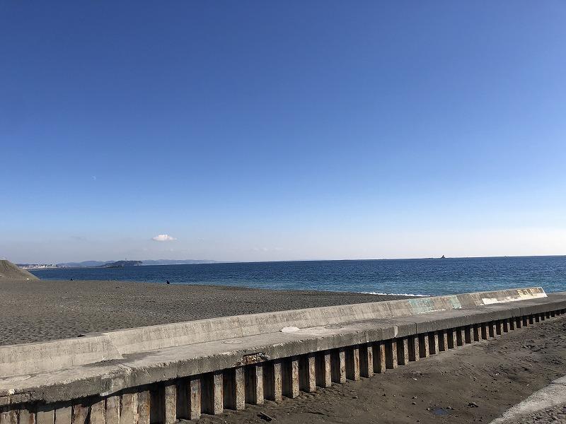 バルコニーからのぞき込めば江ノ島も見えます。