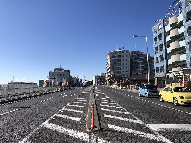 前面道路は国道ですので交通量多いです。