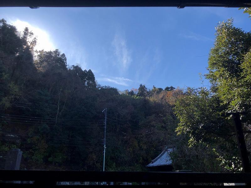 リビングのフェンスの上からは空と山