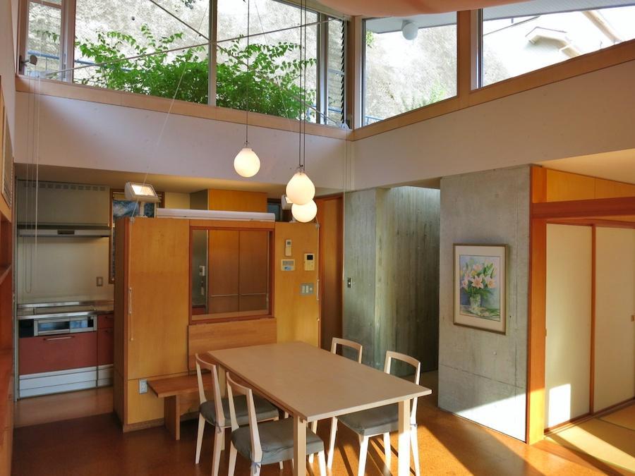 リビング キッチン、玄関廊下、和室を見る