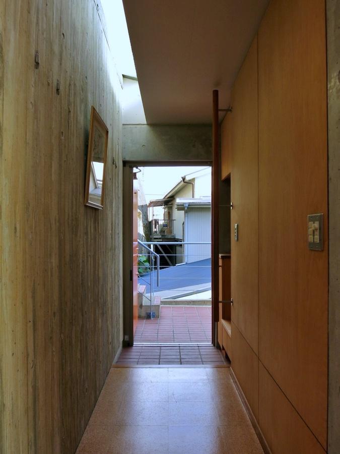 廊下画廊 杉板の型枠でつくられた壁面に光があたると綺麗