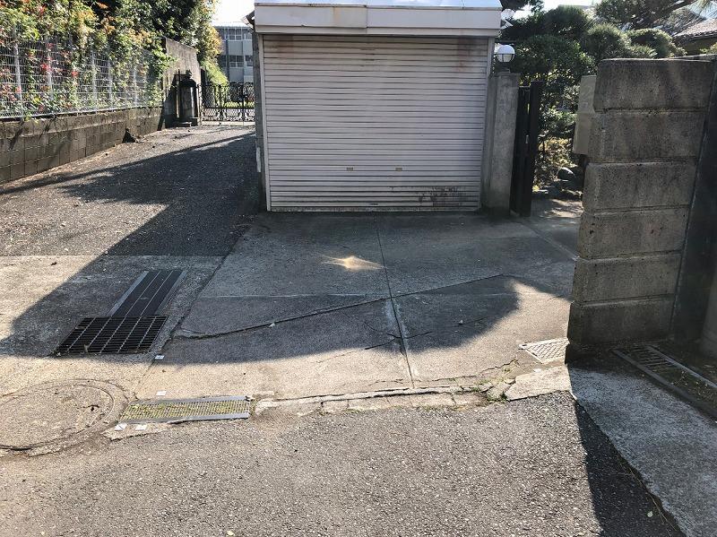 敷地入口 物置があります