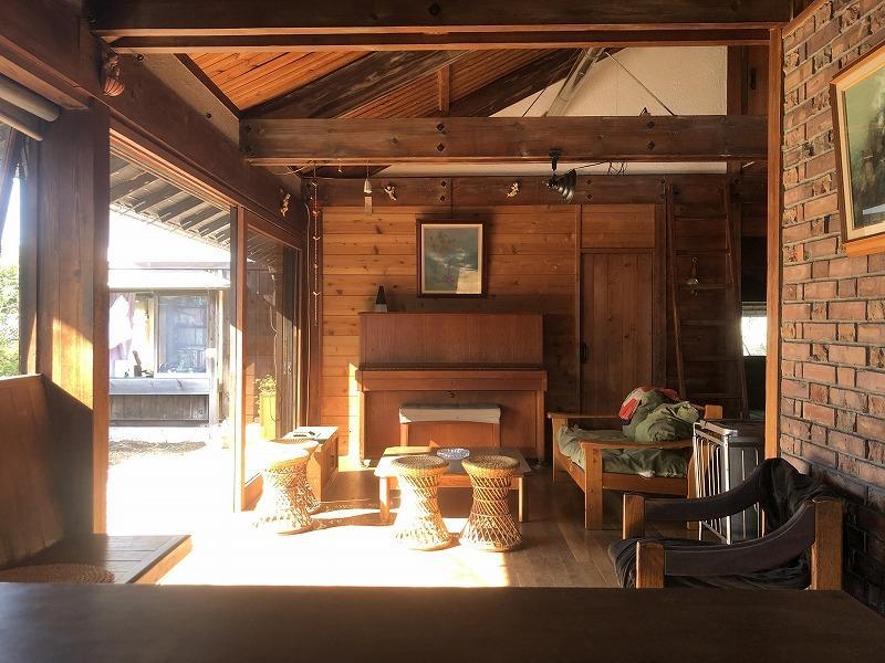 ひじ掛けの無い籐の椅子は、音楽系の家に良く置いてある気がします。