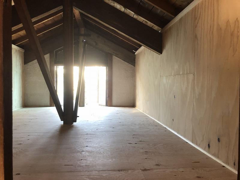 小屋裏収納はラフにベニヤで仕上げてあります。