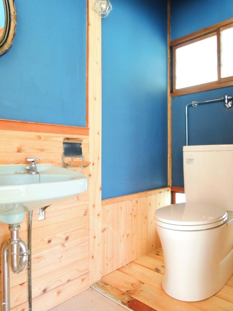 ブルーがアクセントのトイレ