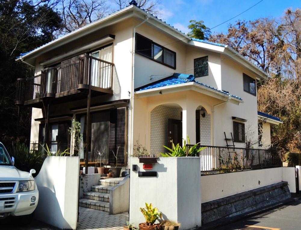 住宅分譲地の角に建つ家