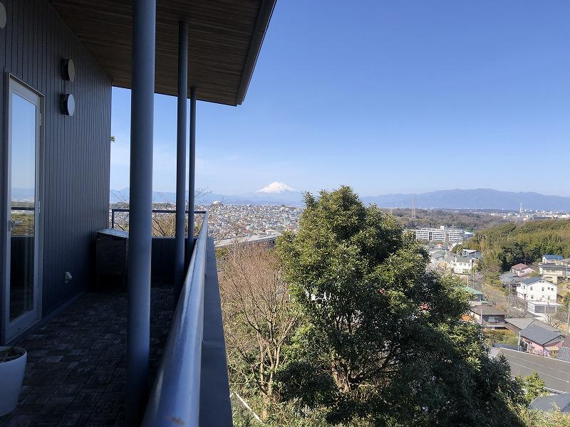 2階バルコニーに出れば富士山がきれいに見えます。