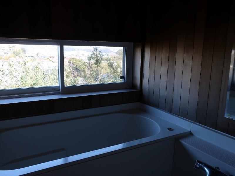 風呂はハーフユニットバスで、上部は板張りです。