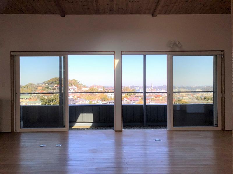 2階LDの掃き出し窓です。北向きの窓なので外の景色が日に当たりきれいに借景です。