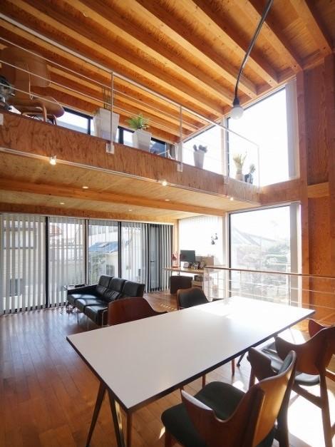 シンプルで大胆な空間です。この様に天井の高さに抑揚があると吹き抜け部分の解放感がより広がったように感じることと思います。