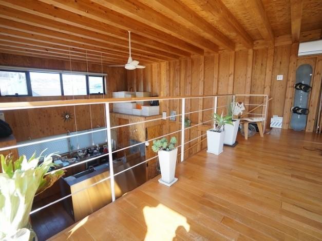 構造がそのまま意匠になっています。室内のグリーンや家具が映えますね。