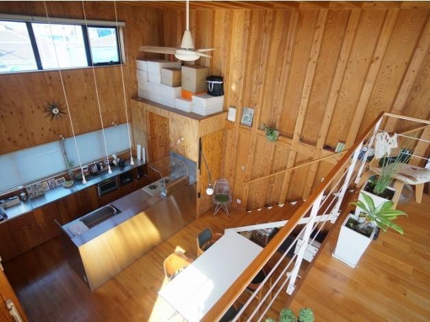 LDKが2階にあるので、ガスコンロを設置しても内装の制限を受ける事が無いので、木肌の内装が可能になっているのでしょう。