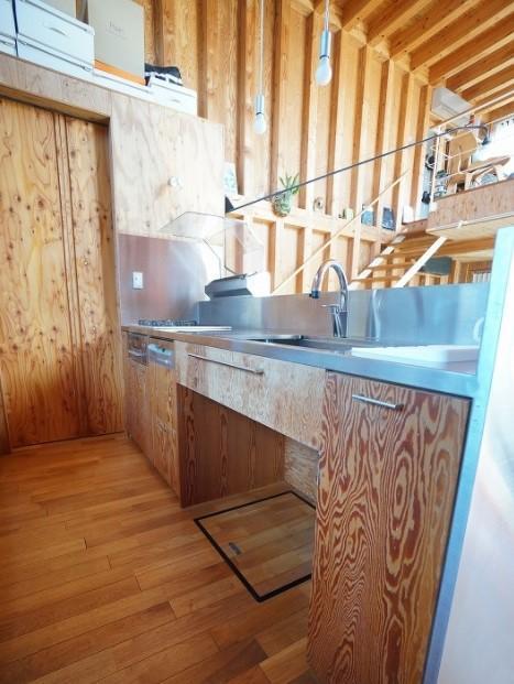 キッチンはステンレスシンクと合板がマッチしています。奥がパントリーですが、よく見ると建具も合板で製作されている様です。