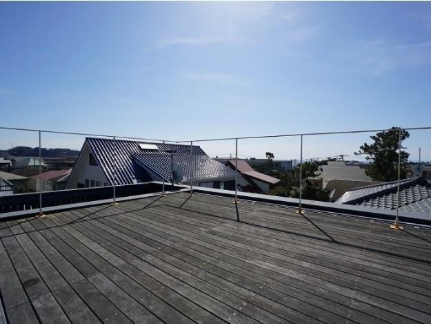 ルーフバルコニーは板張りで気持ちよさそう。周囲は住宅街ですが、屋根の高さなので、マットを広げてヨガなんてどうでしょう。