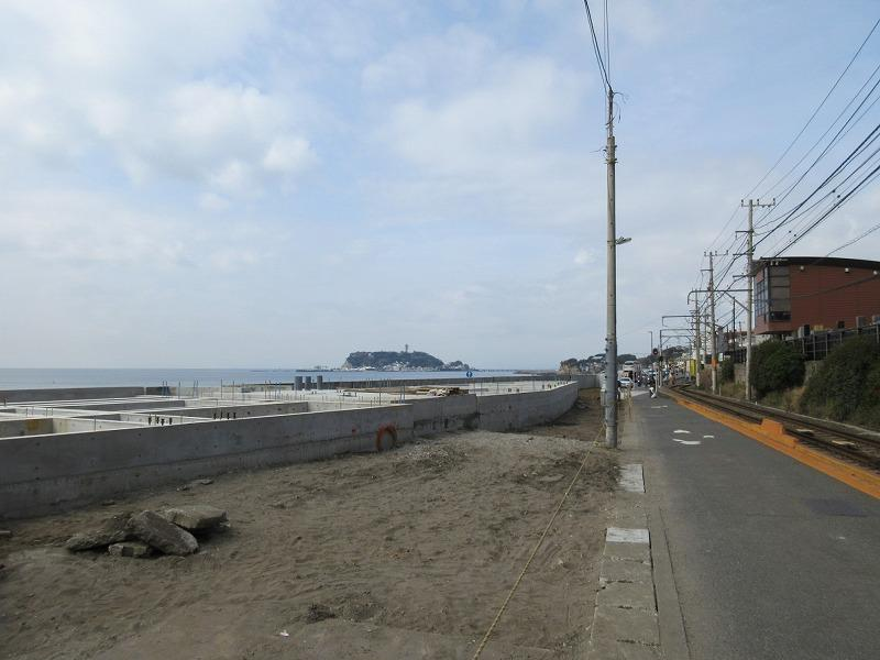 工事中の現地|海と江ノ電に挟まれた三角形の土地