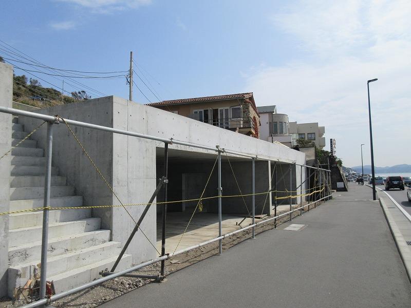工事中の現地|地下階は道路の高さと同じ(手前は駐車場になります)