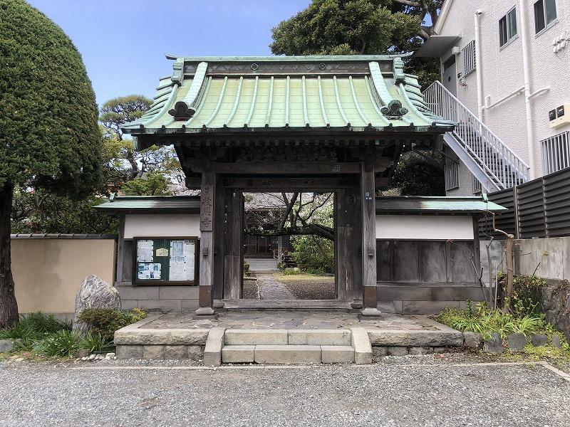 隣の寺です。右側に移っている白い建物が平成の建物で、この辺りが借地権部分となります。