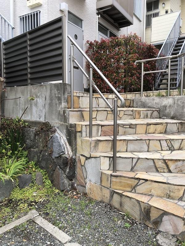平成の建物の入口、階段の始まりの部分から少しの砂利部分が「通行使用権」部分です。