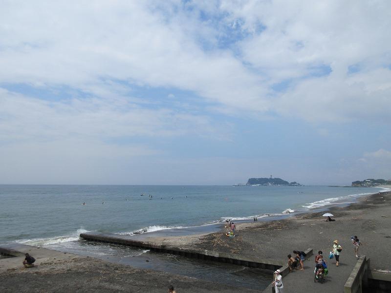 目の前の七里ガ浜の海。天気がいいと富士山も見える