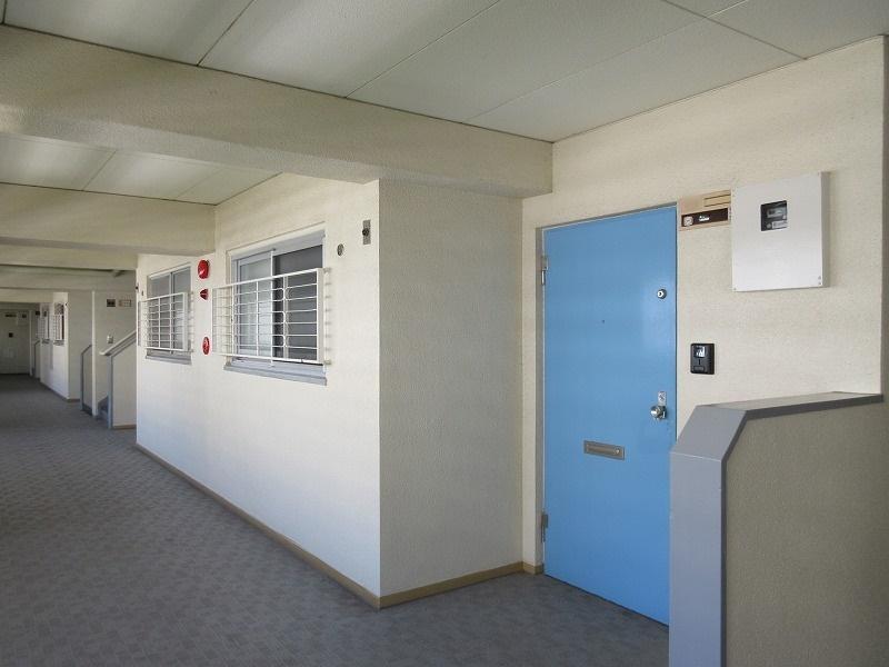 玄関と外の共用廊下はレトロな味わい