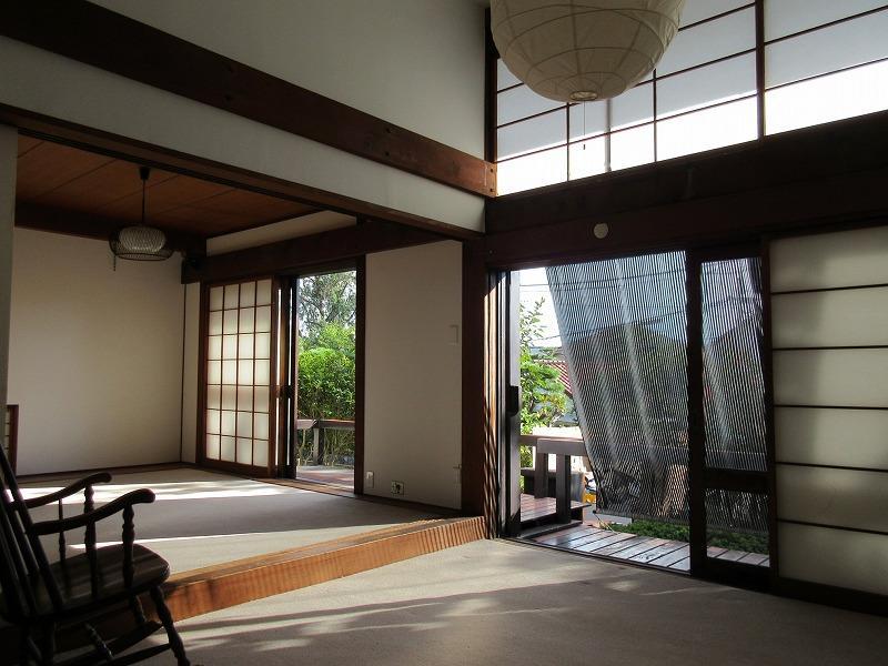 室内には吹抜が。心地いい木造建築